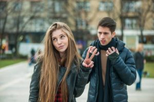 7 REASONS WHY SHE IGNORES YOU EVEN THOUGH SHE'S INTERESTED IN YOU